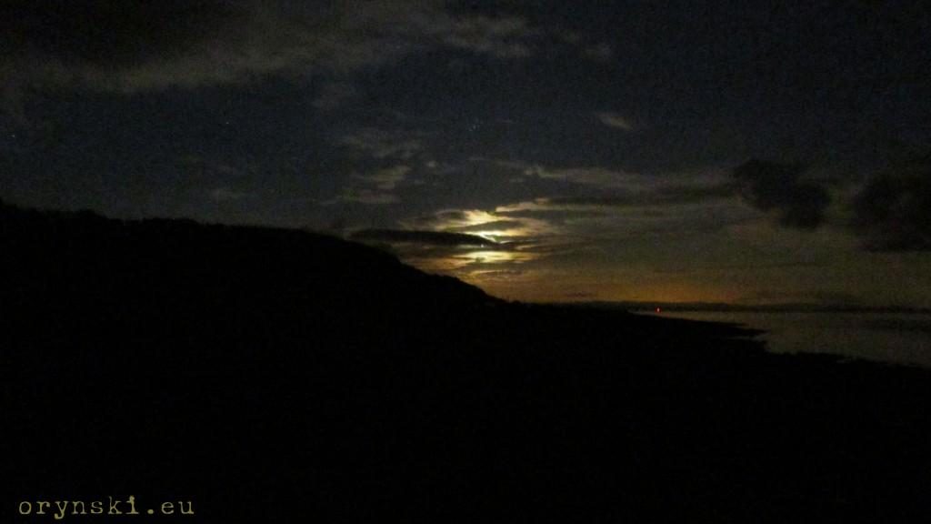 Plejady (nad Księżycem) uchwycone zwykłym aparatem kompaktowym z półwyspu Kintyre w październikową noc.