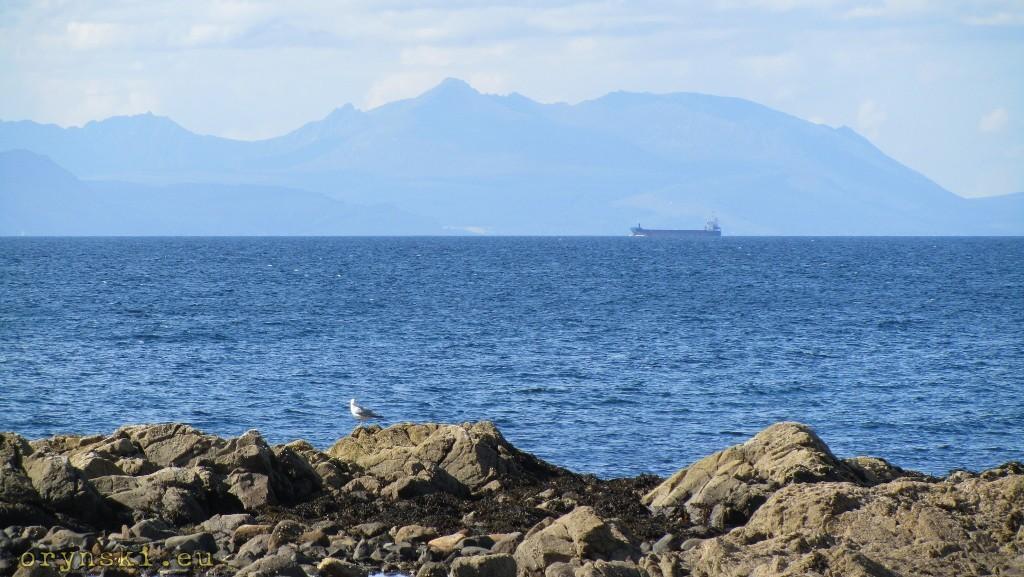 Wyspa Arran widziana z plaży pod zamkiem Culzean