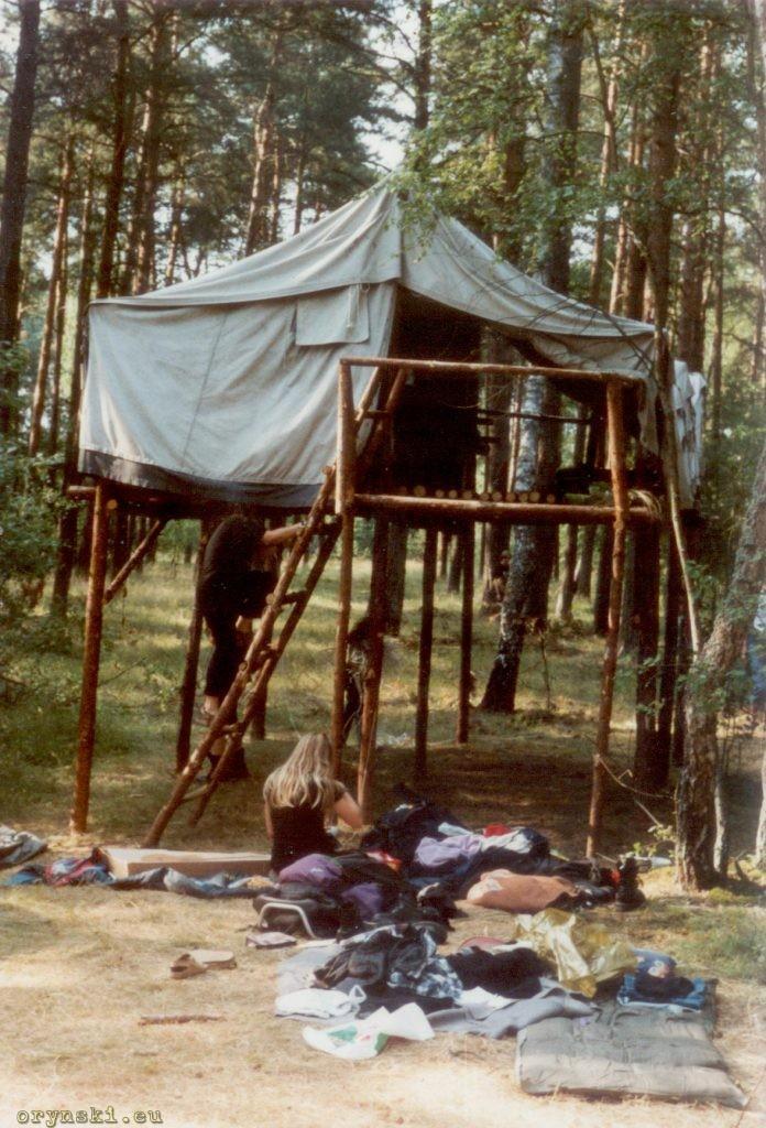 """Namiot na platformie, obóz wrocławskiego szczepu """"Maki"""", ok. 2000 roku"""